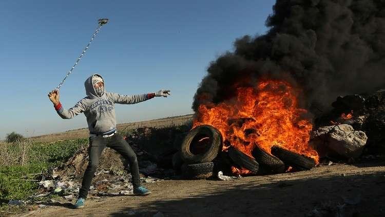 يديعوت إحرنوت: متظاهرون في غزة يسقطون طائرتين مسيرتين بالمقالع (فيديو)