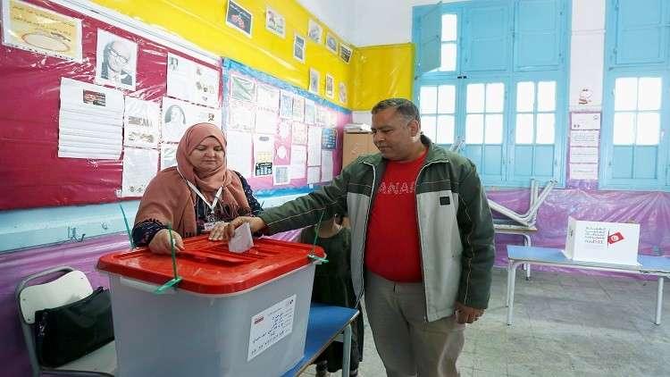 فتح صناديق الاقتراع في الانتخابات البلدية الأولى في تونس بعد ثورة 2011