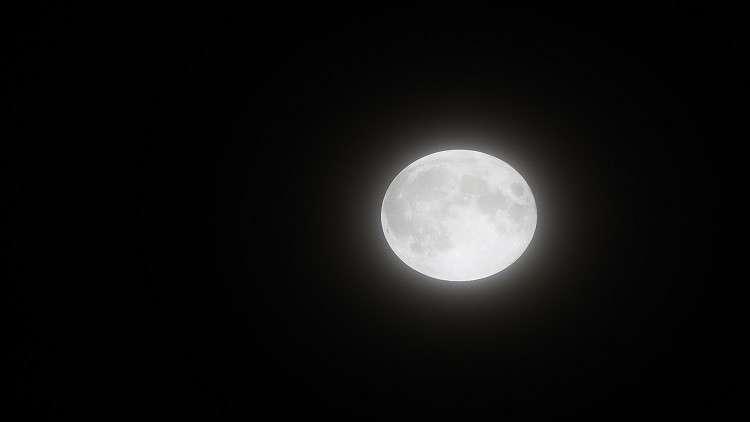 معدن نادر يقدم دليلا على وجود الماء على سطح القمر