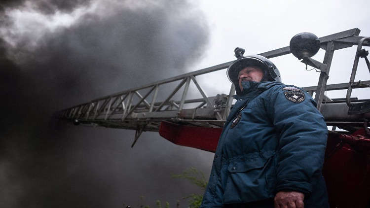بالفيديو.. إخماد حريق في مركز رياضي بسيبيريا
