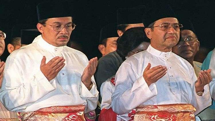 الملك الماليزي يعفو عن المعارض أنور إبراهيم