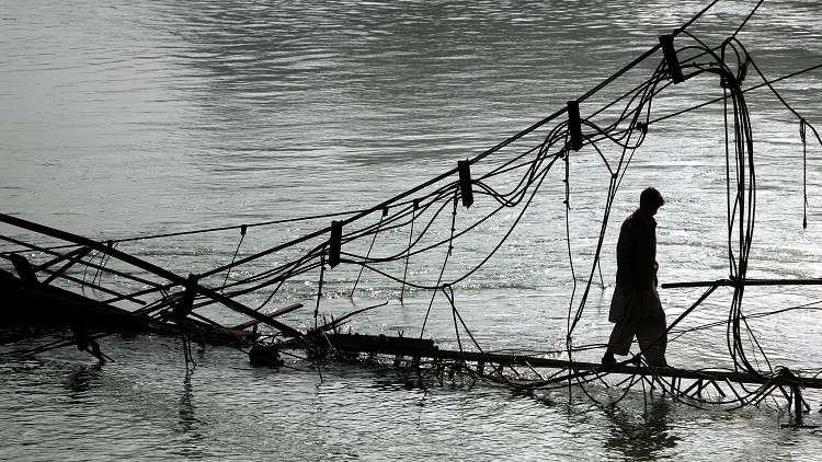 قتلى ومفقودون بانهيار جسر في باكستان