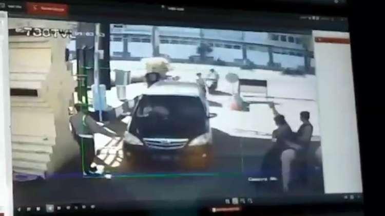 شاهد لحظة التفجير الانتحاري قرب مقر الشرطة في إندونيسيا