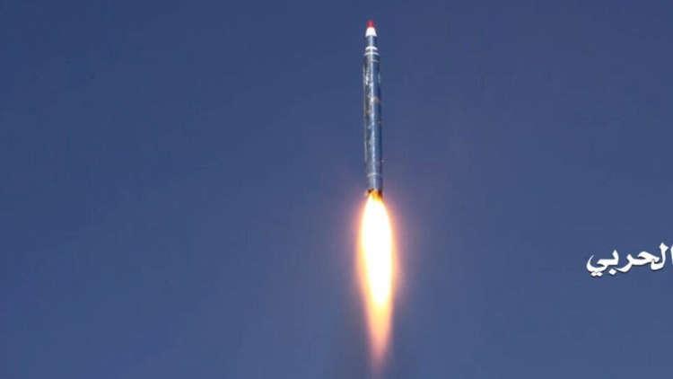 الحوثيون يطلقون صاروخا باليستيا على خزانات توزيع أرامكو بجيزان