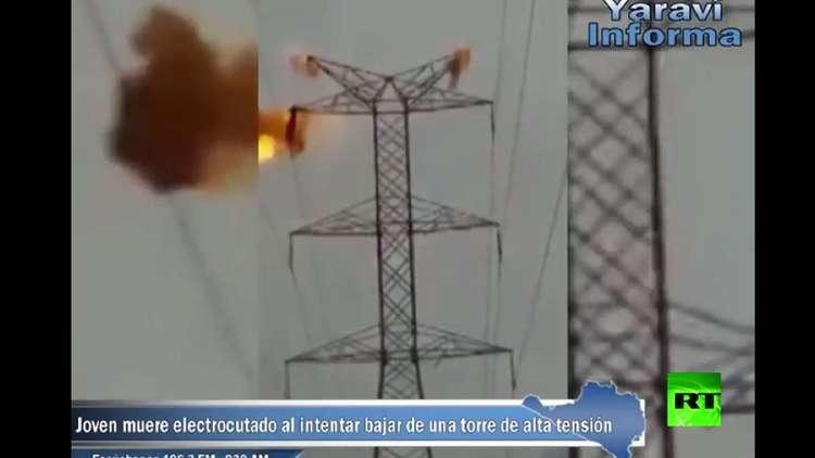 شاهد.. متهور يشتعل ويسقط ميتا لحظة لمسه أسلاك برج كهربائي