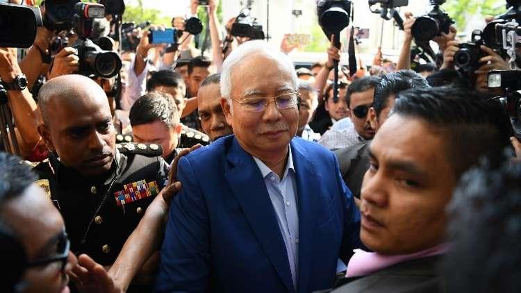 استجواب رئيس وزراء ماليزيا السابق نجيب عبد الرزاق