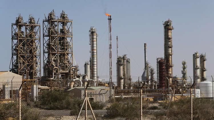 محتجون ينفذون تهديدهم بإغلاق حقول النفط في شرق ليبيا.. و