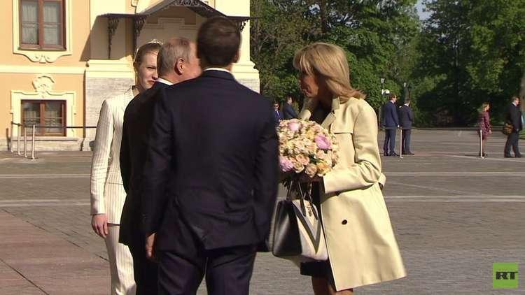 شاهد.. باقة الزهور من بوتين لقرينة إيمانويل ماكرون..