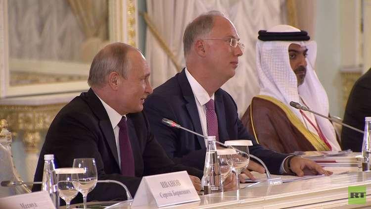 بوتين يعتذر أمام مستثمرين بسبب تأخره ويمزح معهم