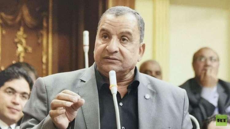 النائب المصري عبد الحميد كمال يضع