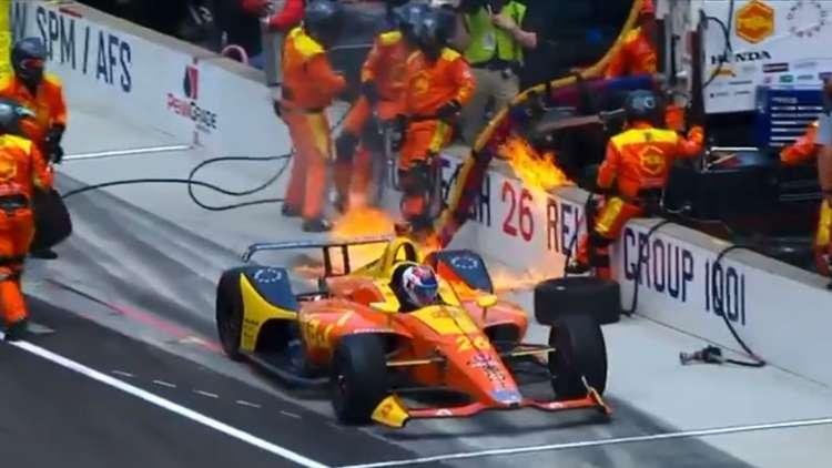 متسابق أمريكي يواصل السباق رغم التهام النار لسيارته