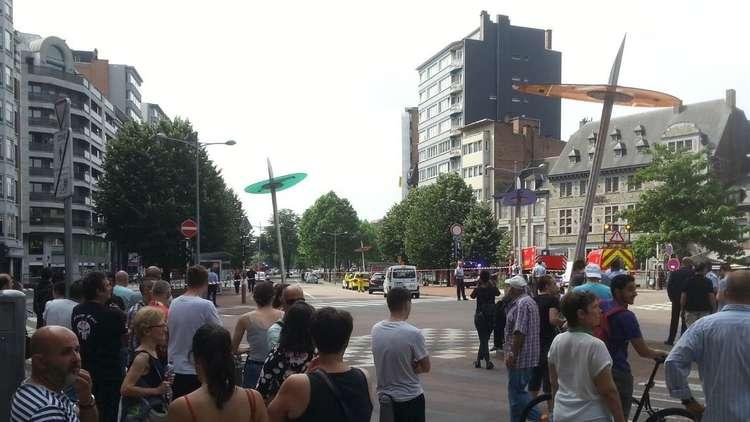 شاهد بالفيديو.. الناس يهربون بعد إطلاق النار بين مسلح  وعناصر الشرطة في بلجيكا