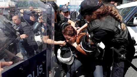 شرطية تعتقل أحدى المتظاهرات في إسطنبول
