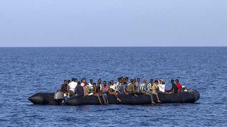 زورق ينقل مهاجرين قبالة السواحل الليبية