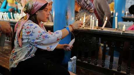 فتاة يهودية تشعل الشموع داخل كنيس في تونس
