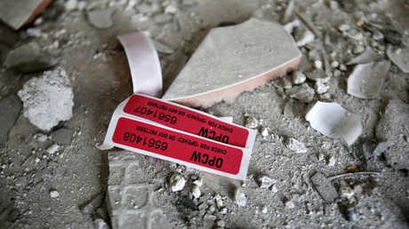 علامة منظمة حظر الأسلحة الكيميائية على أنقاض أحد المباني المدمرة في مدينة دوما السورية