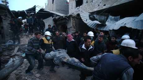 """أرشيف - أفراد من منظمة """"الخوذ البيضاء"""" يشاركون في عملية إجلاء مصابين في سوريا"""
