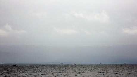 أرشيف - قوارب المهاجرين عبر بحر إيجة من تركيا إلى جزيرة ليسبوس اليونانية في 23 سبتمبر 2015