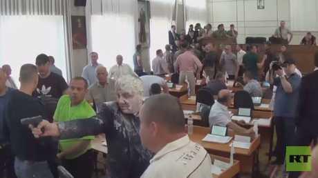 فيديو.. ناشطون متطرفون يرشقون برلمانيين أوكرانيين باللبن والأصباغ