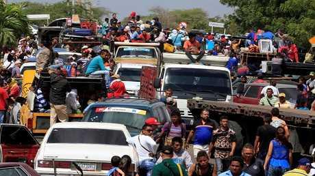 مهاجرون فنزويليون عند الحدود مع كولومبيا