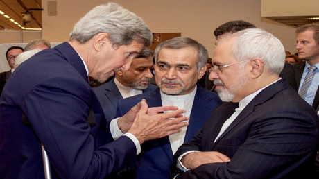 وزير الخارجية الأمريكي الأسبق جون كيري ونظيره الإيراني جواد ظريف - أرشيف