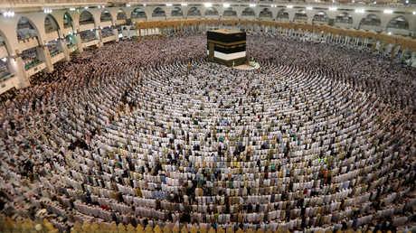 مصلون يؤدون الصلاة في الحرم المكي