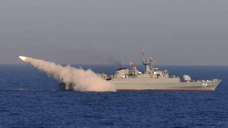 سفينة حربية إيرانية تنفذ إطلاقا اختباريا لصاروخ في بحر عمان (أرشيف)