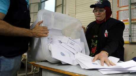 مسؤول انتخابات لبناني يفرغ صندوق اقتراع بعد إغلاق المركز، في بيروت، 6 مايو 2018