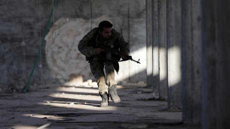 """أحد عناصر """"الجيش السوري الحر"""" في الباب"""
