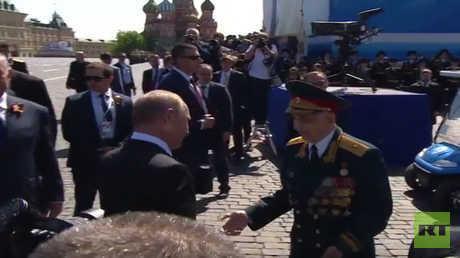 شاهد.. لفتة إنسانية من الرئيس بوتين مع أحد المحاربين القدامى أثقل العمر خطاه