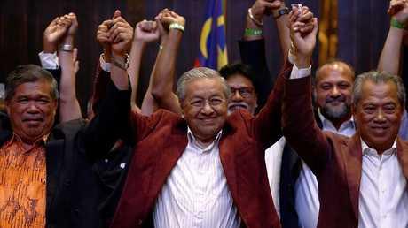 """""""تحالف الأمل"""" بقيادة مهاتير محمد يفوز بالانتخابات العامة في ماليزيا"""