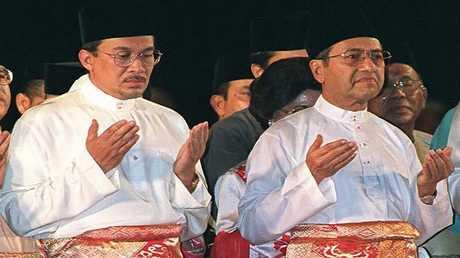 رئيس الوزراء الماليزي مهاتير محمد (على اليمين) ونائبه أنور إبراهيم (10 مايو 1996)