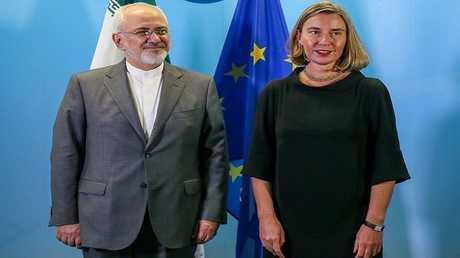 مفوضة السياسة الخارجية في الاتحاد الأوروبي فيديريكا موغيريني ووزير الخارجية الإيراني محمد جواد ظريف (أرشيف)