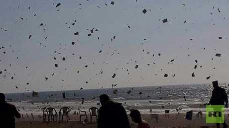 إسرائيل تلقي منشورات على غزة