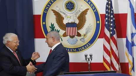 رئيس الوزراء الإسرائيلي بنيامين نتنياهو مع السفير الأمريكي لدى إسرائيل ديفيد فريدمان أثناء مراسم نقل السفارة الأمريكية إلى القدس