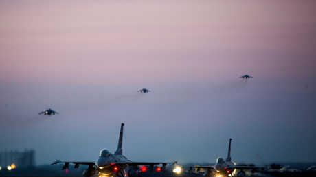 """طائرات عسكرية أمريكية مشاركة في مناورات Max Thunder المشتركة مع الجيش الكوري الجنوبي في قاعدة """"كونسان"""" الجوية بكوريا الجنوبية"""