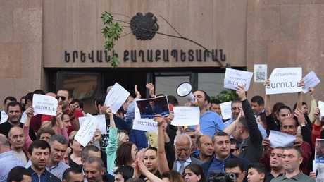 محتجون يقتحمون مبنى بلدية يريفان