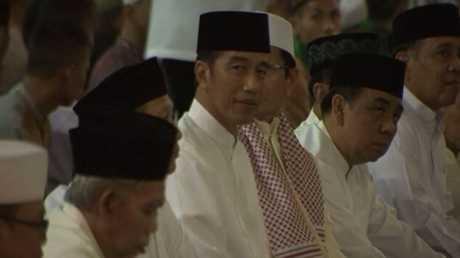 شاهد.. رئيس إندونيسيا يحضر أولى صلوات رمضان 2018 بأكبر مسجد في البلاد