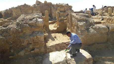 البعثة البولندية تعثر على نقوش هيروغليفية بالقرب من معبد الآلهة حتحور