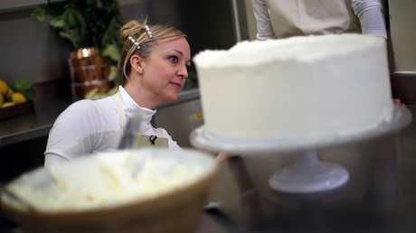 مصممة كعكة الزفاف الملكية كلير بتاك
