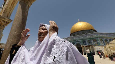 مسنة فلسطينية تصلي في باحات المسجد الأقصى المبارك