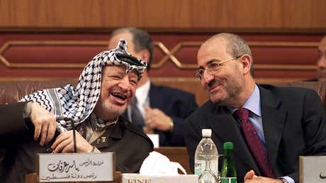 الوزير اللبناني السابق غازي العريضي برفقة الزعيم الفلسطيني الراحل ياسر عرفات