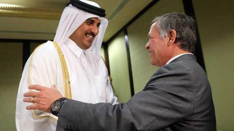 العاهل الأردني، الملك عبد الله الثاني، يلتقي في الكويت أمير قطر، الشيخ تميم بن حمد آل ثاني (19 نوفمبر عام 2013)