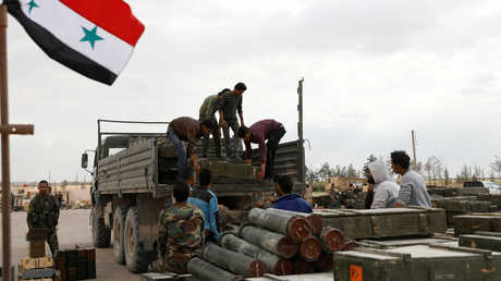 تفريغ شحنات من العتاد الذي سلمه مسلحون للحكومة السورية في منطقة القلمون الشرقي