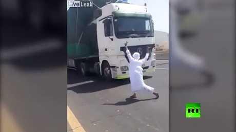 راقص متهور ينجو من الموت تحت عجلات شاحنة