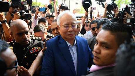 رئيس الوزراء الماليزي السابق نجيب عبد الرزاق يصل إلى مقر لجنة مكافحة الفساد بمدينة بوتراجاي الماليزية، 22 مايو 2018