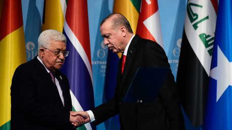 أردوغان وعباس خلال لقائهما أثناء أعمال القمة الاستثنائية لمنظمة التعاون الإسلامي في إسطنبول يوم 13 ديسمبر