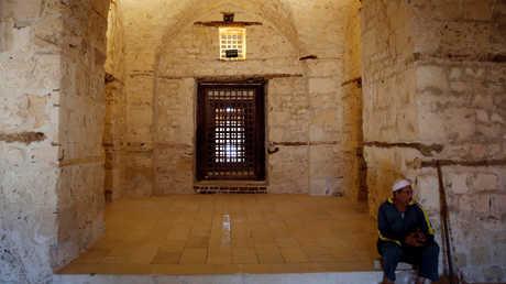 رجل يقرأ القرآن الكريم في مسجد قايتباي بالإسكندرية