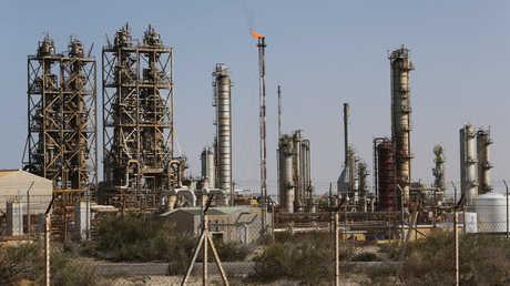 منطقة صناعية في ميناء البريقة التجاري النفطي