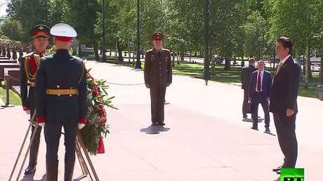 شينزو آبي يضع إكليلا من الزهور على ضريح الجندي المجهول